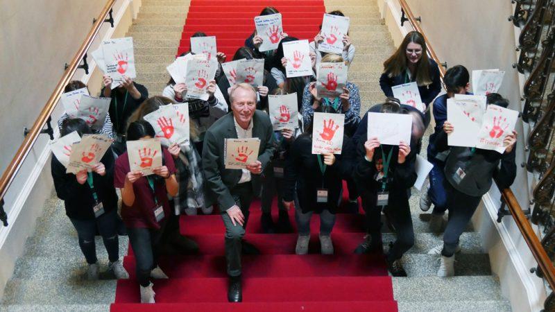 Red Hand Day 2020 Fotoaktion Hep Monatzeder Besuchergruppe Schueler